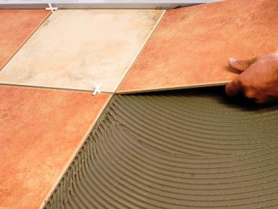 Почему отклеивается керамическая плитка?