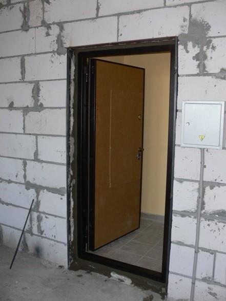 Монтаж входной двери в домах со стенами из пеноблоков