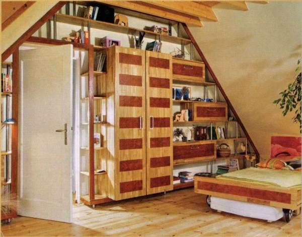 Как лучше расставить мебель в мансардном помещении?
