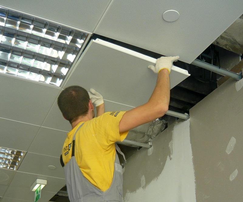Как выбрать плиты для подвесного потолка Армстронг