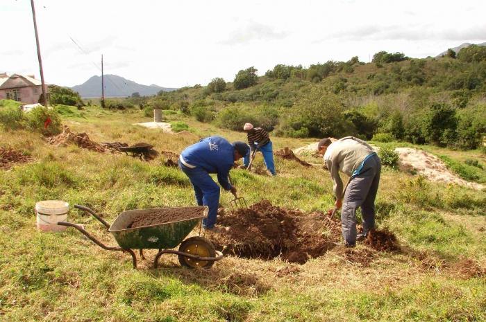 Как выровнять небольшой участок земли