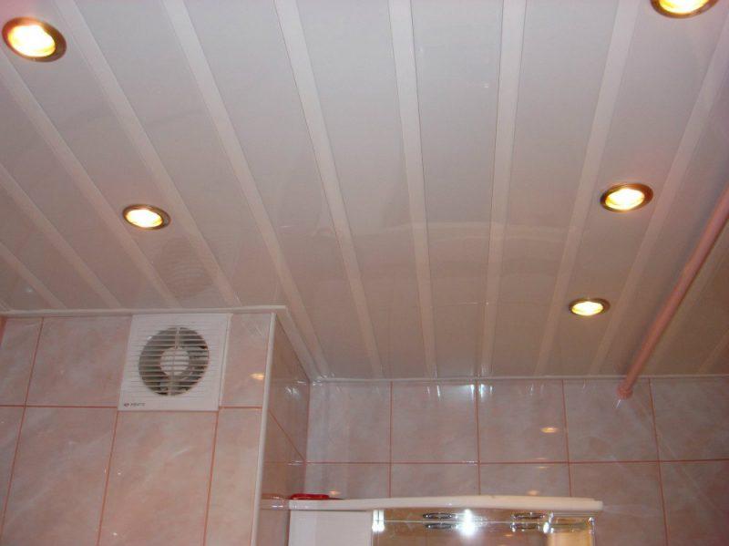 Какой потолок для ванной лучше
