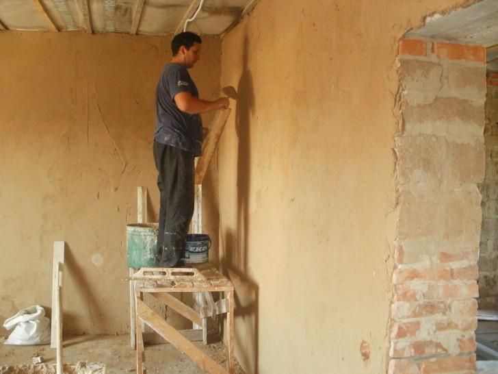 Как правильно клеить обои на глиняную стену