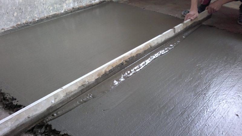 Выравнивание бетонной поверхности с помощью цементной стяжки