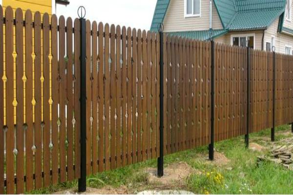 Забор из деревянных материалов на металлической основе