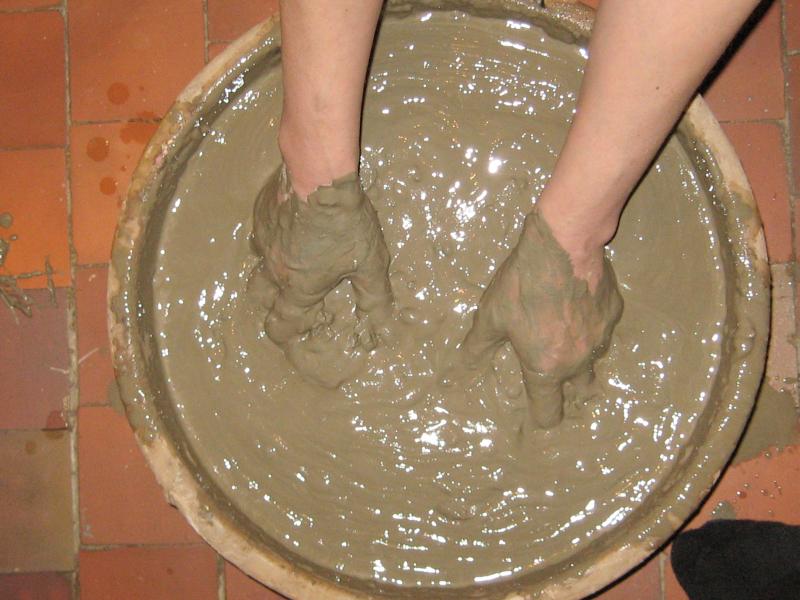 Глиняная штукатурка с песком и конским навозом: преимущества использования и технология приготовления