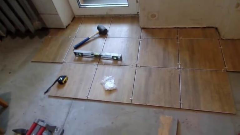 Как уложить керамогранитную плитку на пол
