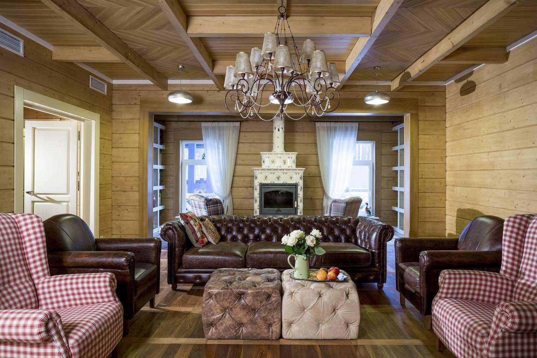 Интерьер деревянного дома может быть стильным и современным
