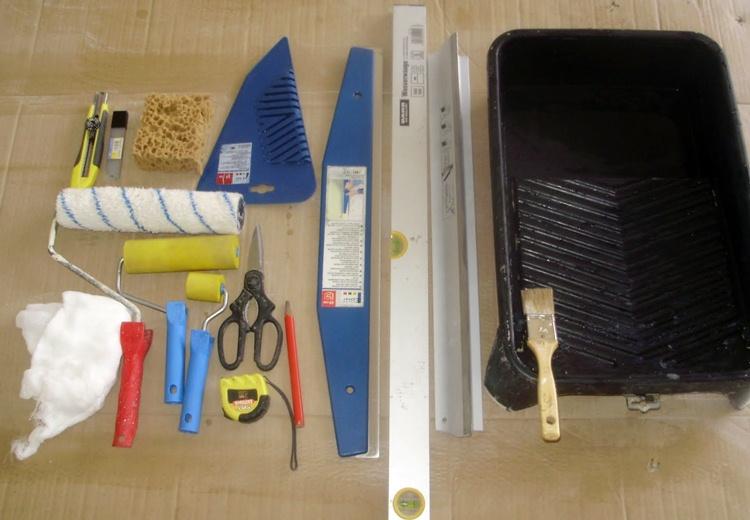 Необходимый набор инструментов для поклейки обоев