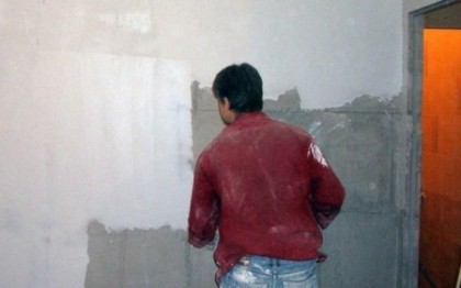 Подготовка стен к оклейке обоями