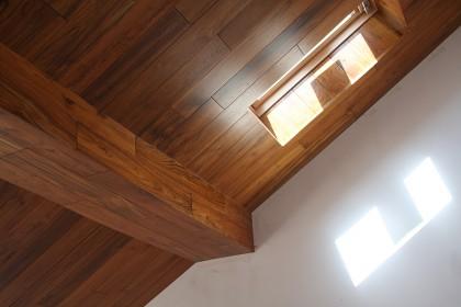 Отделка потолка и стен массивной и паркетной доской