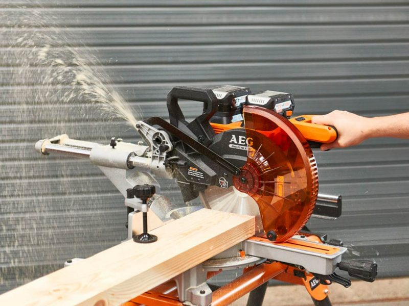 Аккумуляторная торцовочно-усовочная пила AEG BPS18-254BL