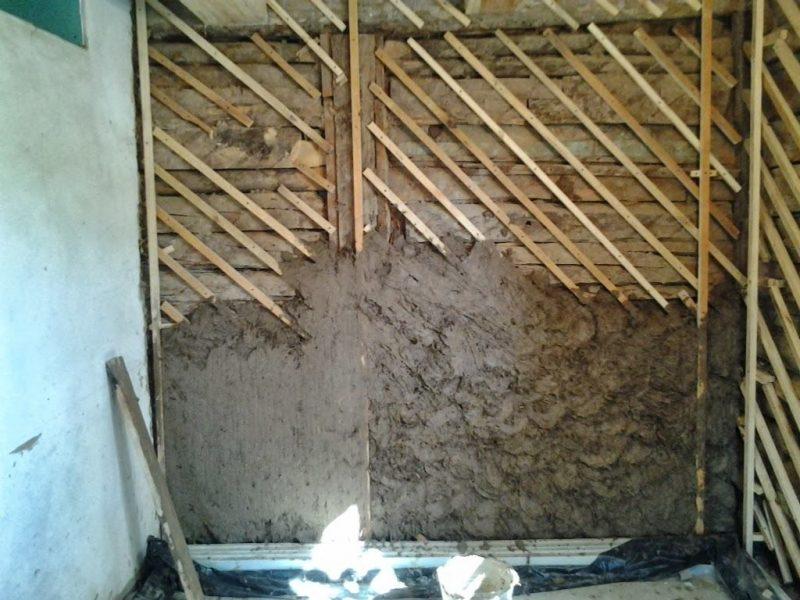 Подготавливаем деревянные стены для штукатурки