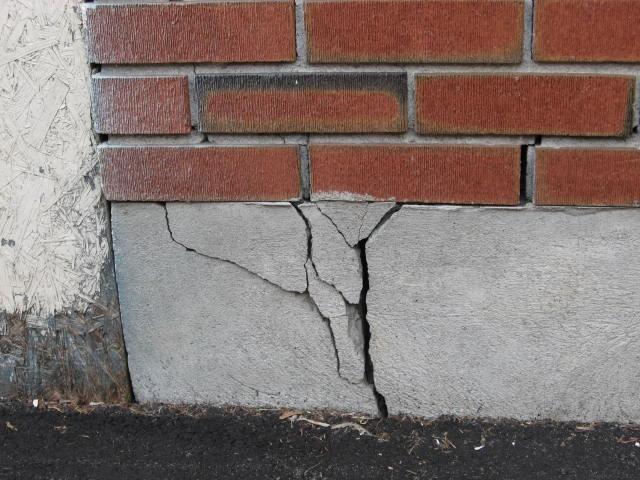 Трещины в стене или бетонном фундаменте: что делать?