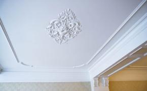 Как закрепить декоративную лепнину на потолке